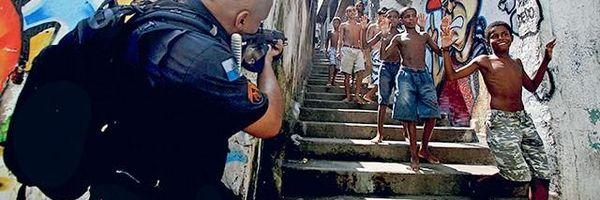 ECA do B: Em que praia os pequenos corpos desses brasileiros precisam chegar para serem vistos?