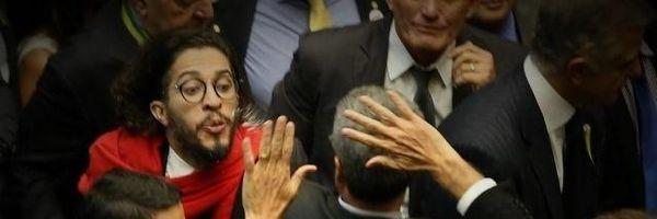 Cusparada de Jean Wyllys contra Bolsonaro: é crime?