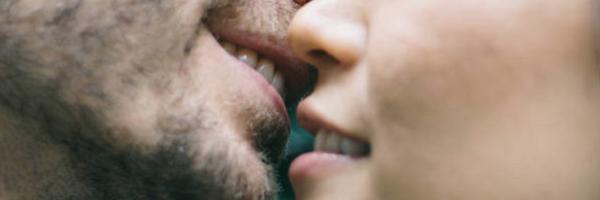 Trabalhadora consegue anular justa causa por beijar namorado no trabalho
