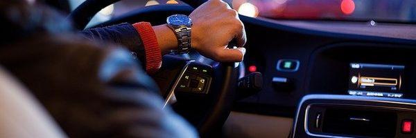 """Multa de trânsito por """"dirigir enquanto fala ao celular"""" / Como identificar nulidades no AIT"""