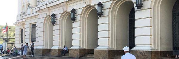 Policial tenta barrar advogado em fórum por usar acessório do candomblé