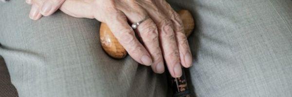 Clínica deve indenizar por lesão que causou amputação de dedo de idosa