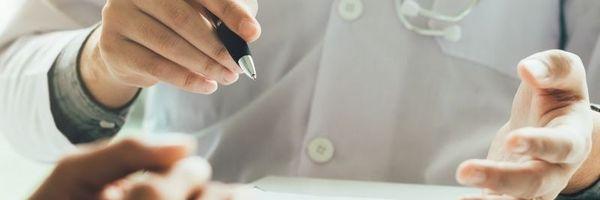 Médico tem vínculo empregatício com a clínica onde faz atendimentos?