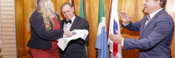 Garçom há 49 anos, Natálio leva carteira da OAB na bandeja para filha advogada