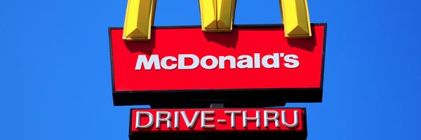 McDonald's é condenado a indenizar cliente por assalto à mão armada em drive-thru