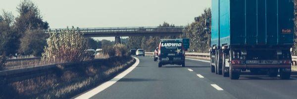 Direito a indenização contra concessionária em decorrência de acidente na rodovia. Acidente decorrente de óleo na pista.