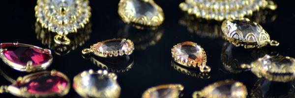A indenização por roubo, furto e extravio de joias empenhadas em agências bancárias deve ser arbitrada com base no valor de mercado dos itens perdidos.