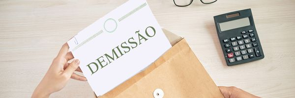 A demissão durante a suspensão do contrato de trabalho ou redução de jornada e salário.