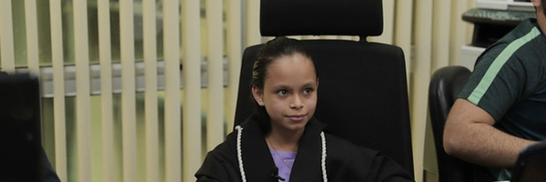 Menina realiza sonho e vira juíza por um dia na vara de crimes contra crianças e adolescentes