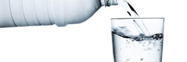 Demissão por consumo de garrafa de água em local que não fornecia água gera danos morais