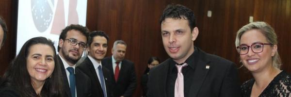 OAB de Goiás entrega carteira profissional a advogado com deficiência visual