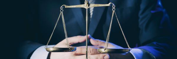 Acusado de homofobia, advogado anexa fotos de pornô gay em processo
