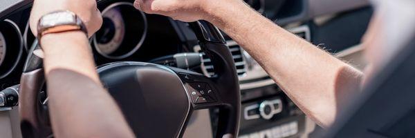 Quando é crime dirigir com o direito de dirigir suspenso?