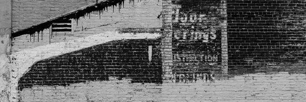 A ausência de parede divisória entre imóveis vizinhos e a construção desta parede