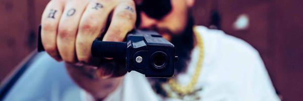 Vida bandida: réu que se exibe com armas de fogo tem pena aumentada