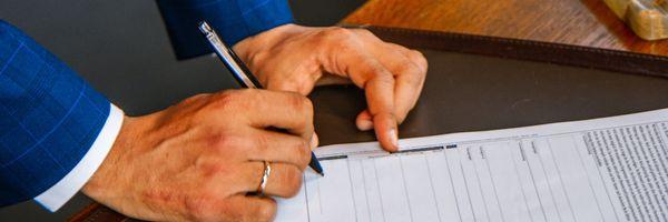 """O que pode acontecer se você assinar um contrato """"em branco""""?"""
