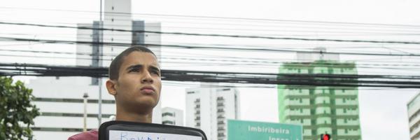Estudante de Direito pede moedas em semáforo para imprimir currículo e voltar à faculdade