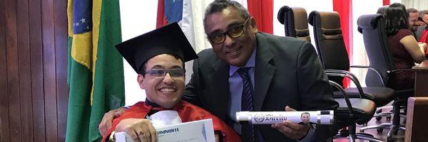 Com paralisia cerebral, jovem se forma em Direito no AM e sonha em ser juiz