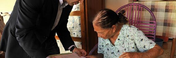 Atitude! Juiz vai até a casa de idosa de 100 anos para dar a ela o direito de se aposentar