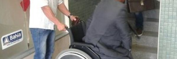 Advogado cadeirante é carregado por cliente porque elevador de delegacia não funciona