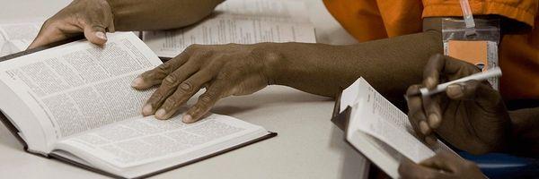 Apenas 1% dos presos do Brasil fazem remição de pena pela leitura, revela estudo inédito.
