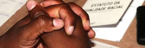 Balconista de farmácia será indenizada em R$ 10 mil por discriminação racia