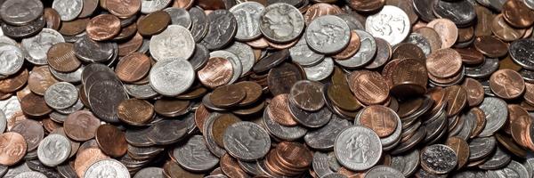 Pai joga 80 mil moedas de um centavo no quintal da casa da ex-mulher como pensão para a filha