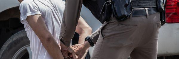 O policial que não autoriza o acesso do advogado ao cliente, na rua, após a prisão em flagrante, pratica crime de abuso de autoridade?