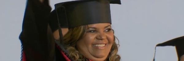 Realização! Vendendo churros a R$ 1 por 7 anos, mulher conclui faculdade de direito