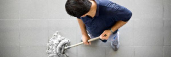 Empresa que obrigou cliente a limpar chão é condenada ao pagamento de danos morais