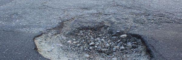 Homem torce o tornozelo em buraco e é indenizado por danos morais