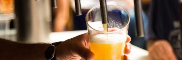 Consumidora receberá indenização por queda em degrau de banheiro de bar
