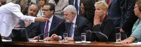 Presença de Xuxa provoca tumulto na CCJ