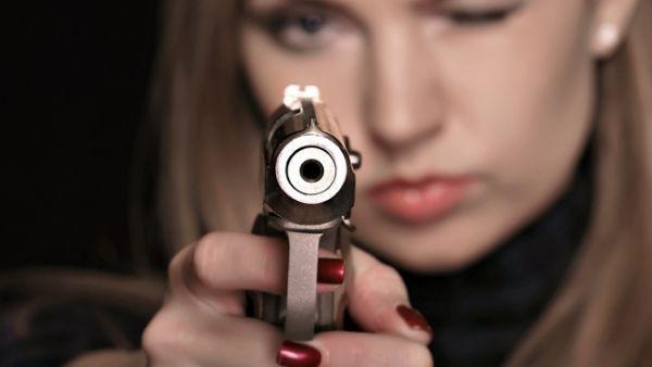 Resultado de imagem para mulher armada