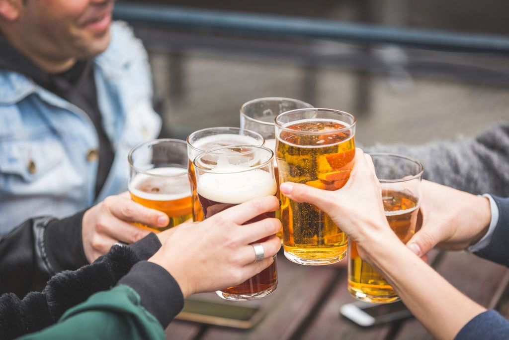 Resultado de imagem para bebida com os amigos