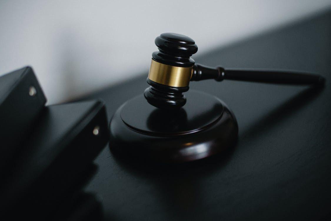 Martelo De Juiz Pequeno Colocado Na Mesa Perto De Pastas