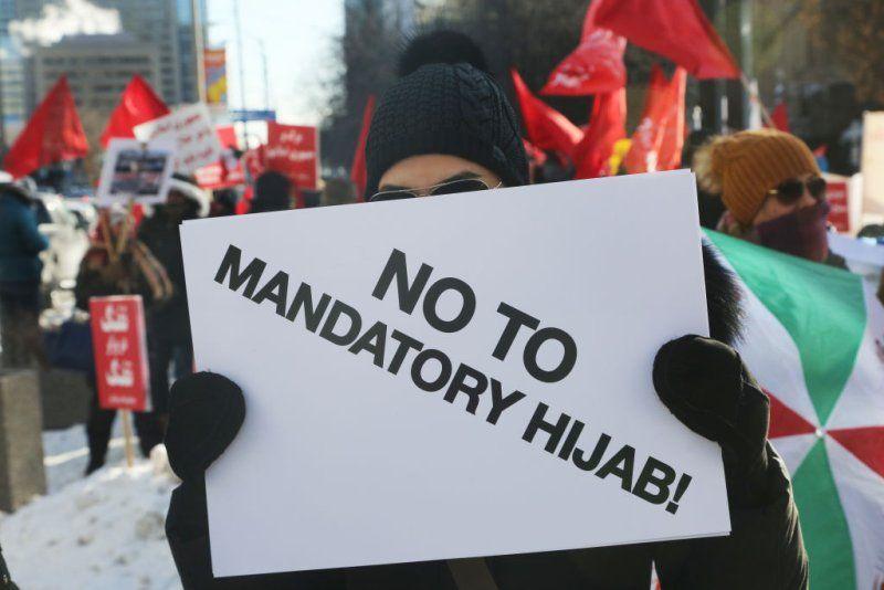 Manifestante segura uma placa dizendo No ao Mandato Hijab enquanto centenas de canadenses participam de um protesto contra a Repblica Islmica do Ir em Toronto Ontrio Canad em 6 de janeiro de 2018