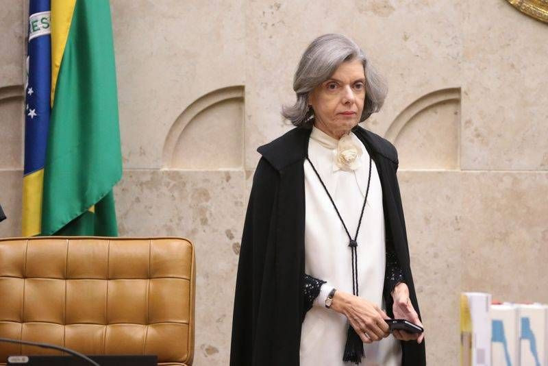 Braslia - A presidente do STF Crmen Lcia chega para sesso plenria para definir a fixao da tese de repercusso geral nas aes que tratam da desaposentao