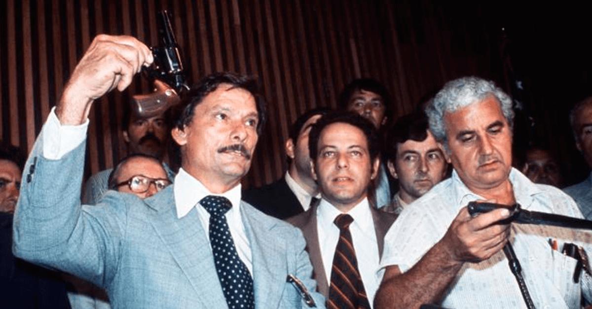 Um dos detetives exibindo a arma dos crimes revlver calibre 44