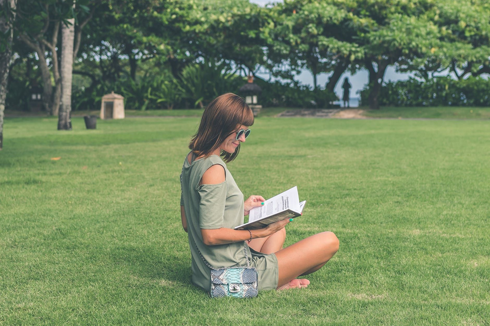 Mulher lendo ao ar livre uma das dicas para estudar dos especialistas