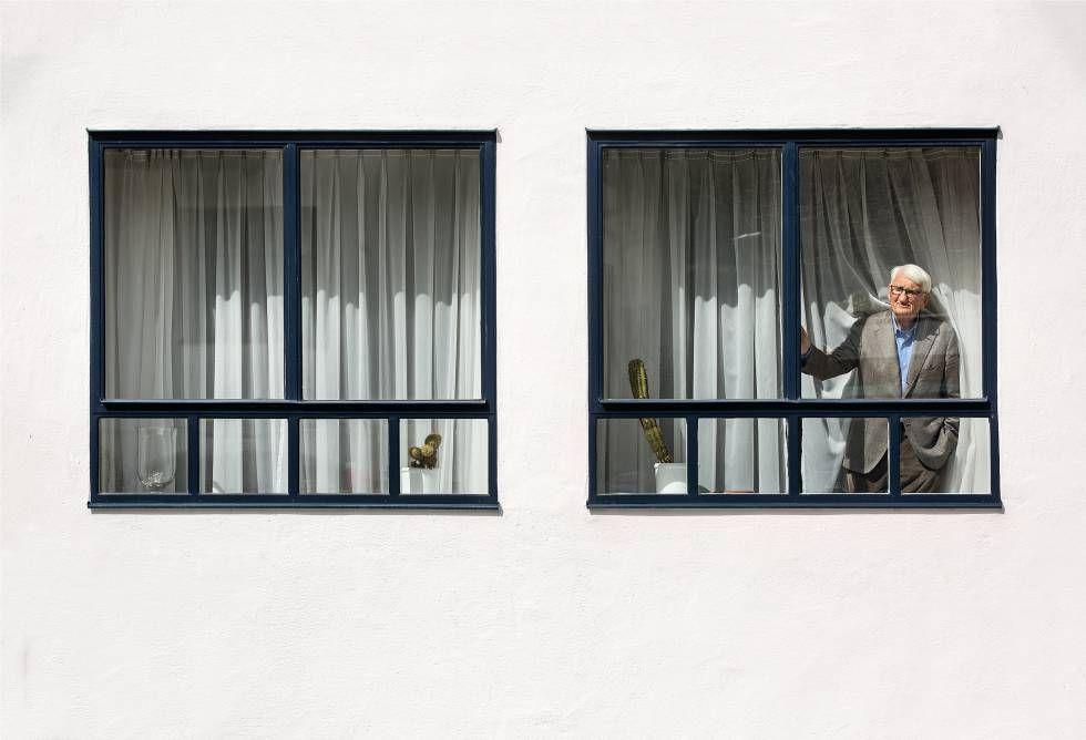 O pensador alemo aparece numa janela da casa onde vive com sua esposa Ute desde 1971