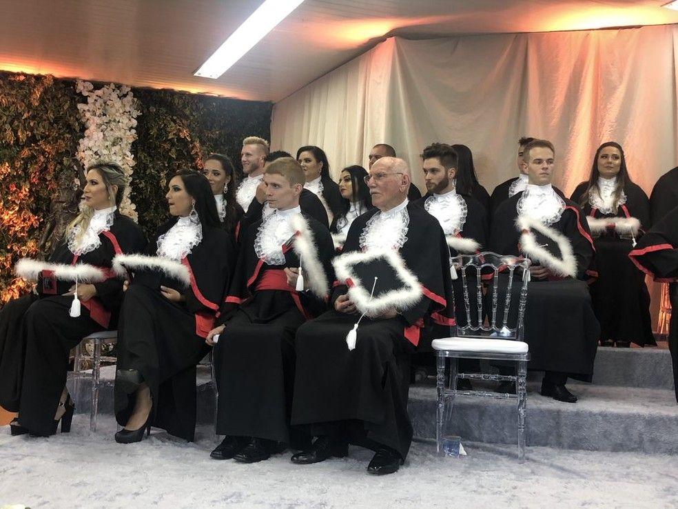 Ao lado de 31 colegas Simo recebeu diploma de direito Foto Ronaldo DarosRBS TV