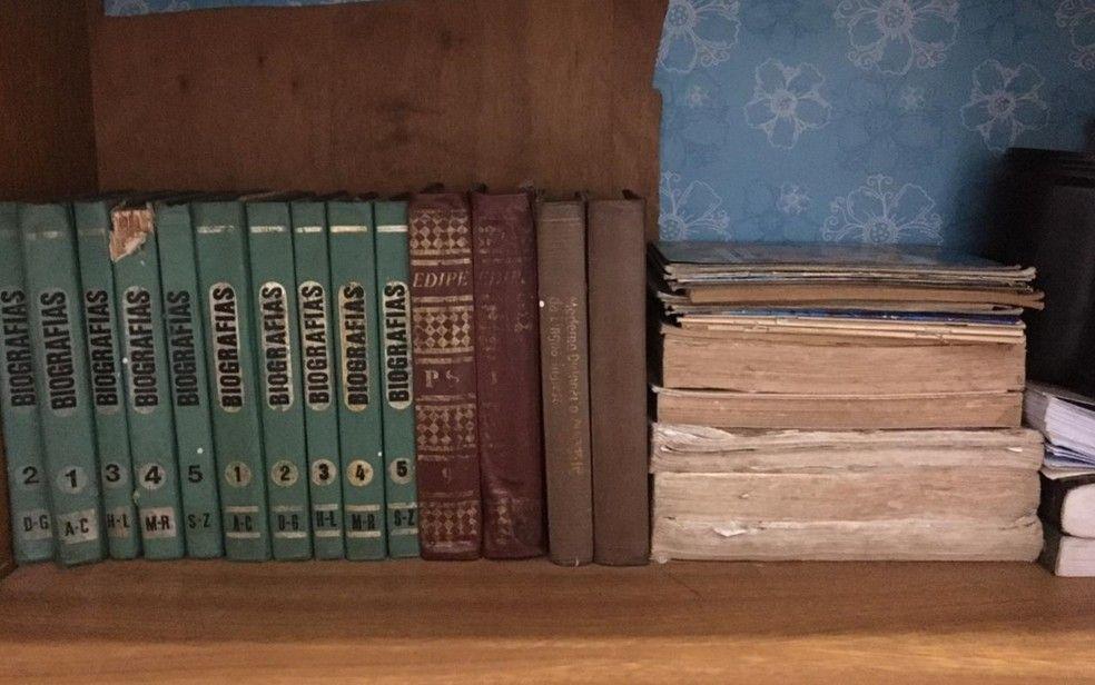 Andreia Guimares Tavares guarda livros recolhidos no lixo pelo marido que gari em Goinia Foto Andreia Guimares TavaresArquivo pessoal