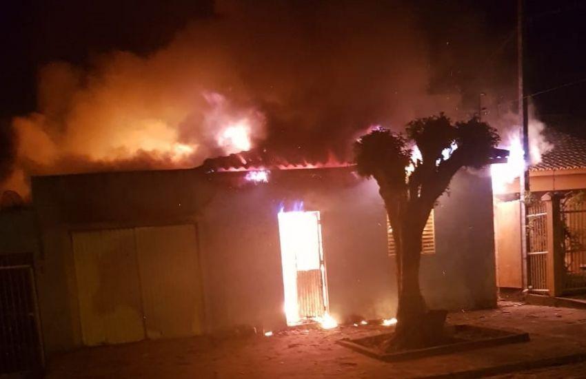 Casa pega fogo no bairro Vigas em Camaqu