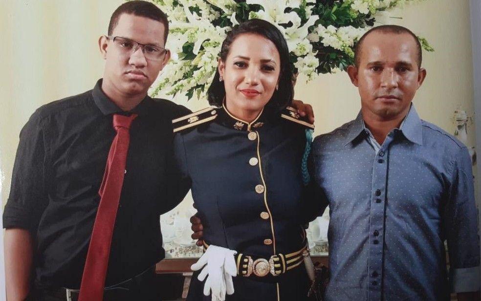 Andreia Guimares Tavares junto com o filho e o marido em Goinia durante evento da Polcia Militar Foto Andreia Guimares TavaresArquivo pessoal