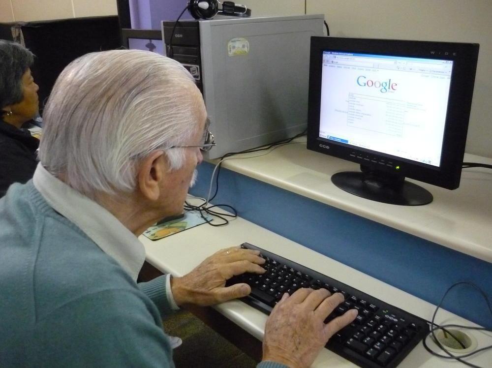 Resultado de imagem para idoso no computador