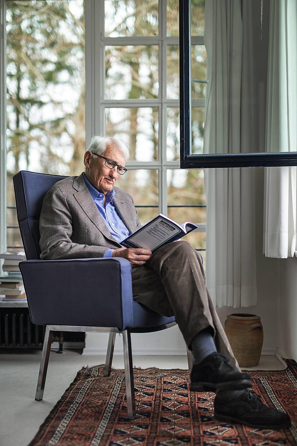 Jrgen Habermas l na sala da sua casa em Starnberg perto de Munique