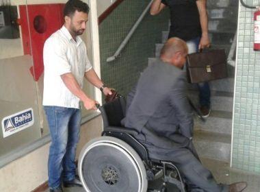 Advogado cadeirante carregado por cliente porque elevador de delegacia no funciona