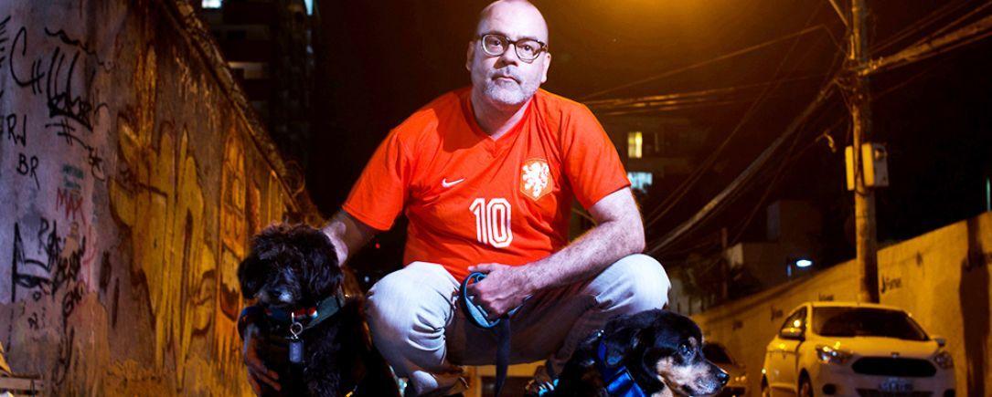 O advogado Marcelo Turra transformou suas cicatrizes em fora para atuar de forma inovadora defendendo direitos humanos - e de animais Na foto com Zeca e Fub