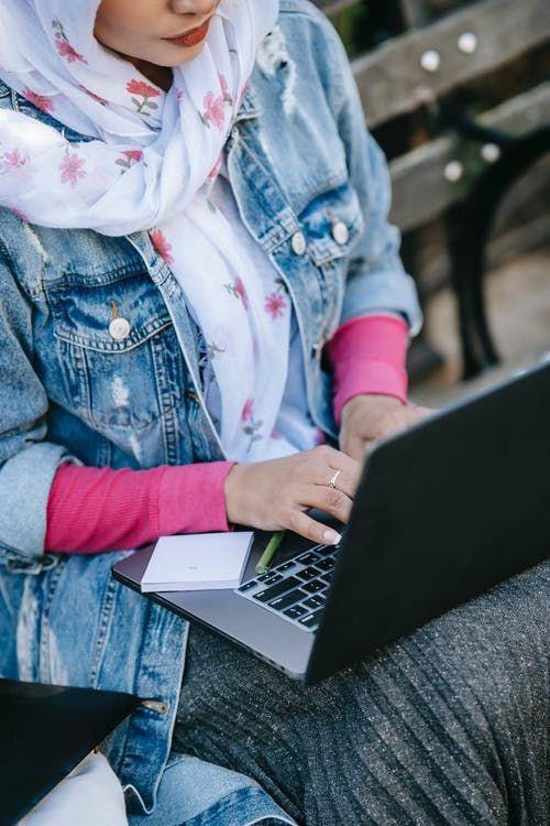 Mulher De Jaqueta Jeans Azul Usando Um Macbook